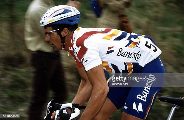 1964Sportler Radrennen E steigt aus dem Sattel seines Rennrades 1996