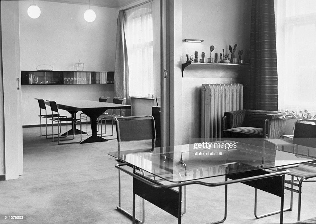 1893   1966Regisseur, Theaterleiter; Dim Hintergrund Das Esszimmer, Vorne  DerWohnraum; Architekt: