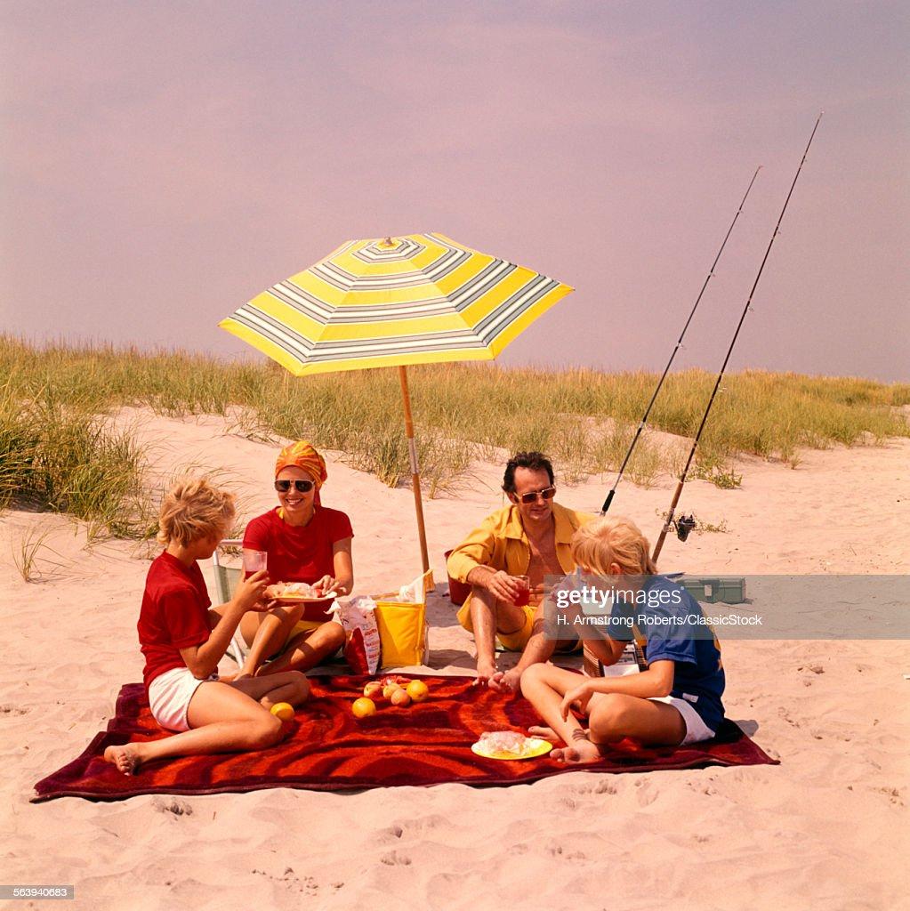 1970s FAMILY BEACH SHORE... : Stock Photo
