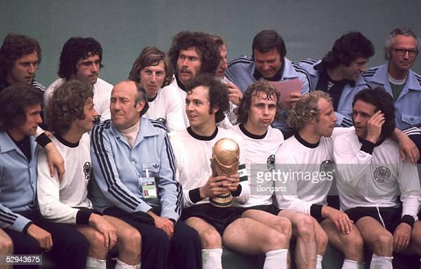 Weltmeisterschaft 1974 hintere Reihe vl Heinz FLOHE Gerd MUELLER Juergen GRABOWSKI Paul BREITNER SCHWARZENBEK Bernd CULLMANN vordere Reihe vl Jupp...