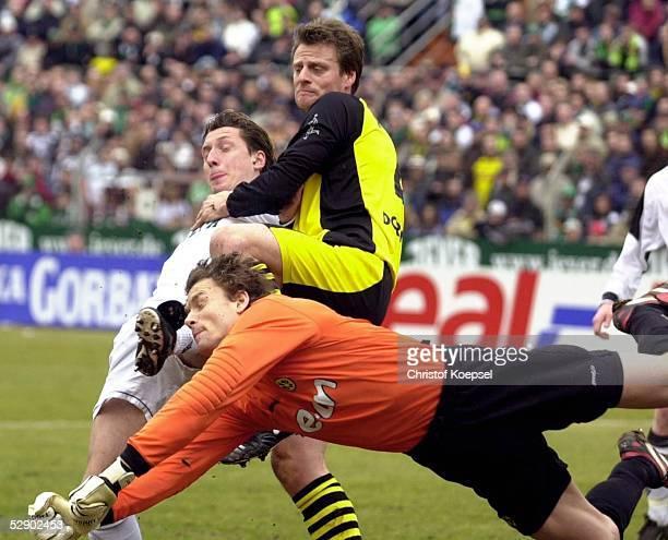 Bundesliga 02/03 Moenchengladbach Borussia Moenchengladbach Borussia Dortmund Torwart Jens LEHMANN/Dortmund Marcel KETELAER/Gladbach Christian...