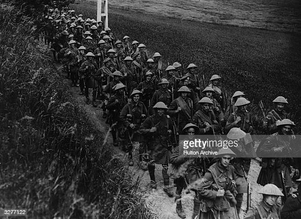The regiment of the London Scottish march to the trenches