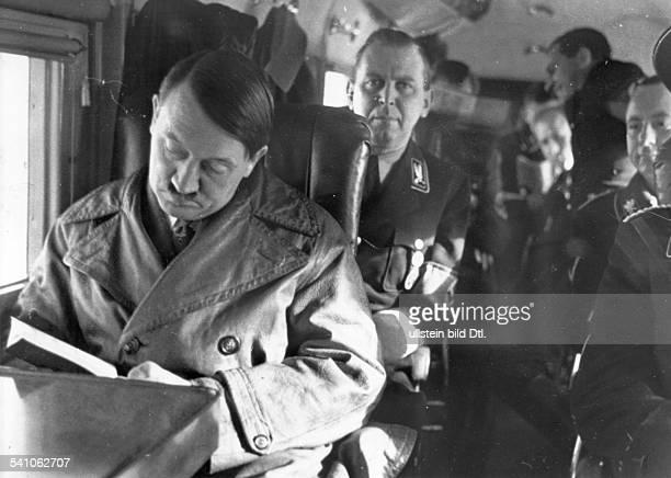 *20041889Politiker NSDAP D auf dem Flug nach Mannheim zurWeiterfahrt nach Saarbrücken anlässlichder Rückkehr des Saargebietes dahinterder persönliche...