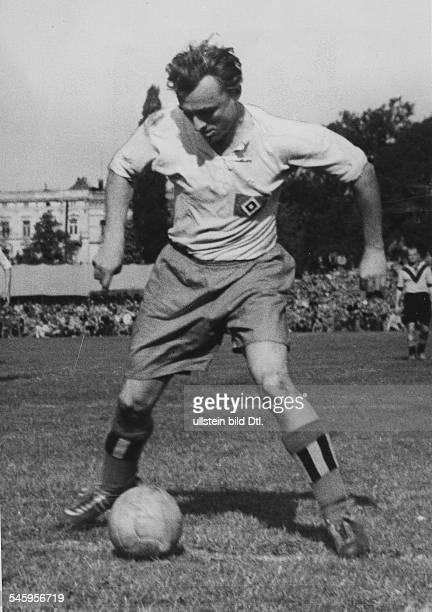*Sportler Fussball D in Aktion mit Ball 1954