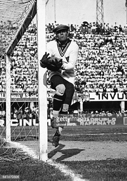 *Sportler Torwart Fussball SpanienFussballspiel in Italien Torhüter Zamora fängt einen Ball undatierte Aufnahmeveröffentlicht BZ
