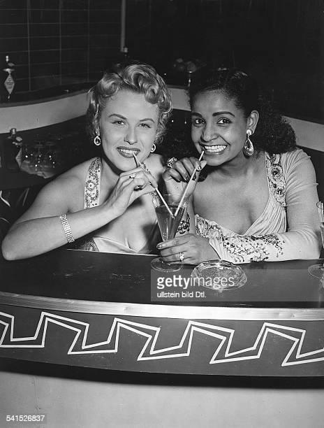 *Sängerin Schauspielerin Trinidadmit Bibi Johns in dem Spielfilm 'An jedem Finger zehn' Regie Erik Ode D 1954