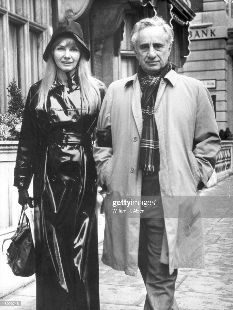 Turkish-born US stage and film director Elia Kazan (1909 - 2003), originally Kazanjoglou with his wife, film actress, director and writer Barbara Loden (1932 - 1980).