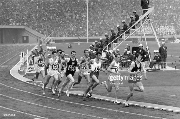 The final of the men's 1500 metres at the Tokyo Olympics Peter Snell of New Zealand won the race with a time of 3381 John Davies was third and Alan...