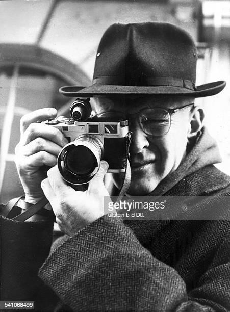 *Fotograf Maler FrankreichMitbegründer von 'Magnum Photos' Porträt mit seiner Leica 1956