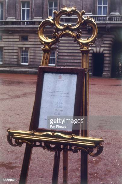 A sign at the gates of Buchingham Palace announcing the birth the previous day of Prince William to the Prince and Princess of Wales