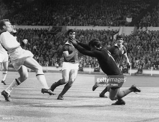 Benfica goalkeeper Costa Pereira makes a saves from Brazilian born AC Milan centre forward Jose Juan Altafini during the 1963 European Cup Final at...