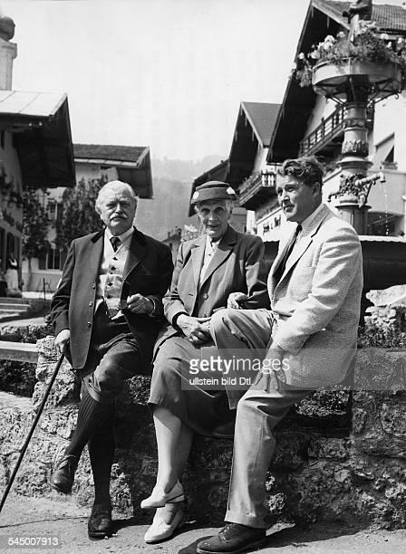 *Physiker Raketenforscher D/USAmit seiner Mutter und seinem VaterReichsminister aD Magnus Freiherr vonBraun vor einem alten Brunnen inOberaudorf