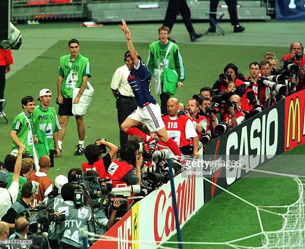 Sportler Fussball FrankreichFussballWM in Frankreich Endspiel inParis St Denis Brasilien Frankreich03 steht nach seinem Tor zum 10 jubelndvor...