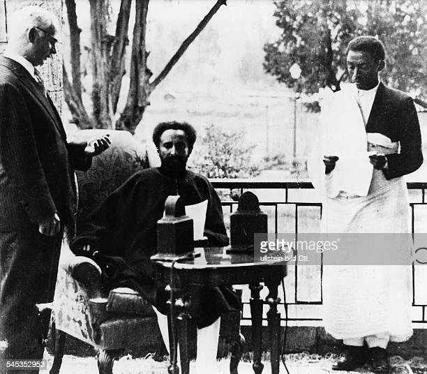 *23071892Ras Tafari MakkonenKaiser Äthiopien 19301974 hört im Radio die Weltmeinung zum AbessinienKrieg 1935