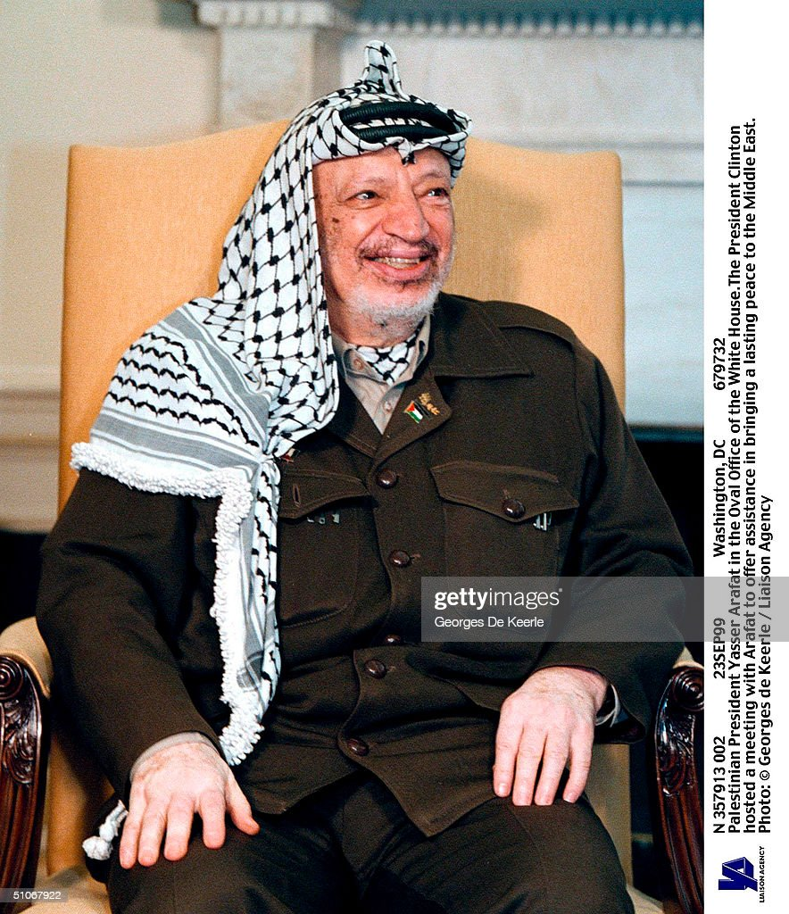 N 357913 002 23Sep99 Washington, Dc 679732 Palestinian President Yasser Arafat In The Oval Office Of The White House.The President Clinton Hosted A Meeting With Arafat To Offer Assistance In Bringing A Lasting Peace To The Middle East.