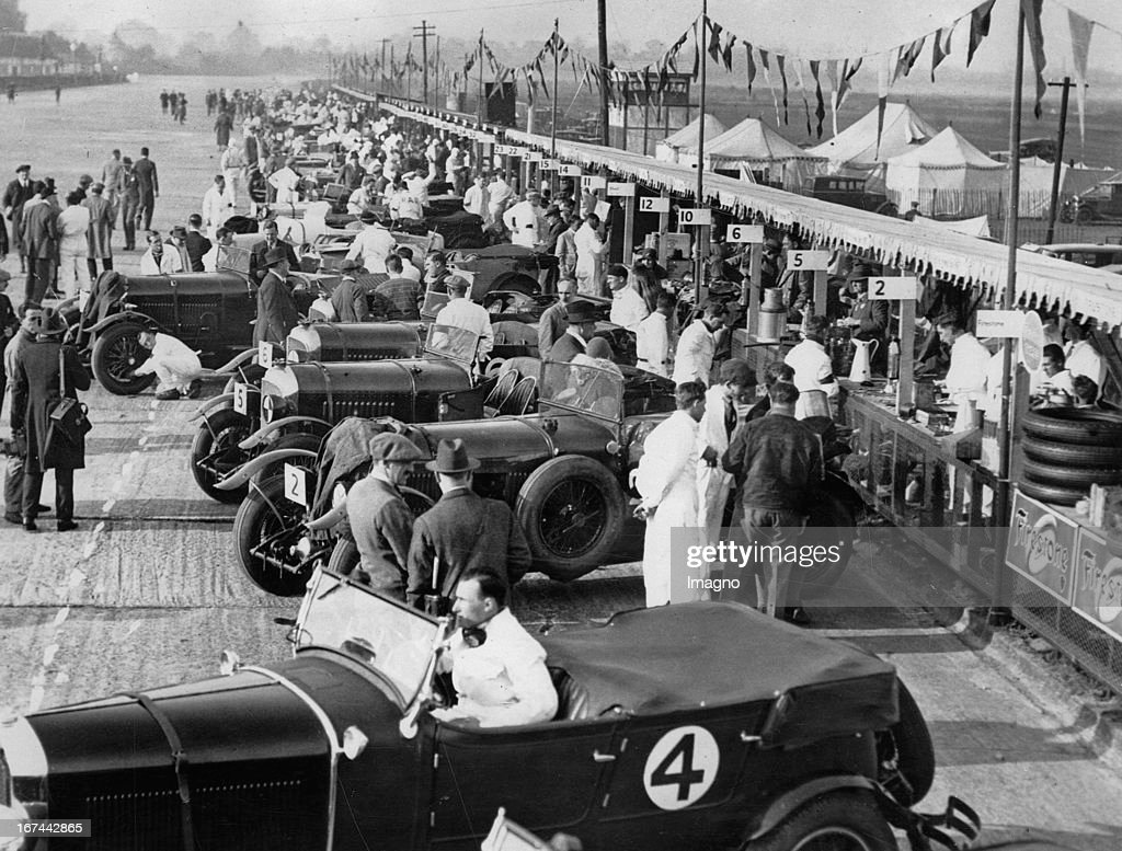 24-hour car race at Brooklands. England. About 1935. Photograph. (Photo by Imagno/Getty Images) 24-Stunden Autorennen in Brooklands. England. Um 1935. Photographie. .