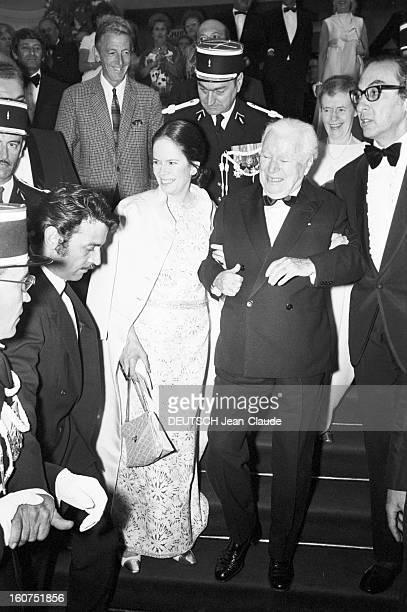 French Distinction For Charlie Chaplin Le 24ème Festival de Cannes se déroule du 12 au 27 mai 1971 arrivée de Charlie CHAPLIN en smoking noeud...