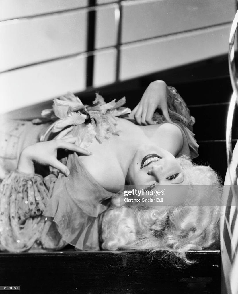 'Blonde Bombshell', <a gi-track='captionPersonalityLinkClicked' href=/galleries/search?phrase=Jean+Harlow&family=editorial&specificpeople=70012 ng-click='$event.stopPropagation()'>Jean Harlow</a> (1911 - 1937) as chorus girl Edith 'Eadie' Chapman in the film 'The Girl From Missouri', directed by <a gi-track='captionPersonalityLinkClicked' href=/galleries/search?phrase=Jack+Conway&family=editorial&specificpeople=989715 ng-click='$event.stopPropagation()'>Jack Conway</a>.
