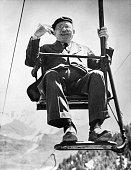 *25031867Musiker Dirigent ItalienPorträt auf einem Sessellift in Sun Valley USA Mai 1950
