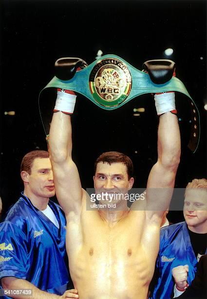 Sportler Boxen Ukraine IntercontinentalKampf der WBC in Hamburg hält nach seinem Sieg gegen Wolfgramm den IntercontinentalGürtel hoch