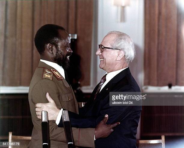 Politiker SED DDRErster Sekretär des ZK der SED 19711989 Staatsratsvorsitzender 19761989 umarmt den Präsidenten derVolksrepublik Mocambique...