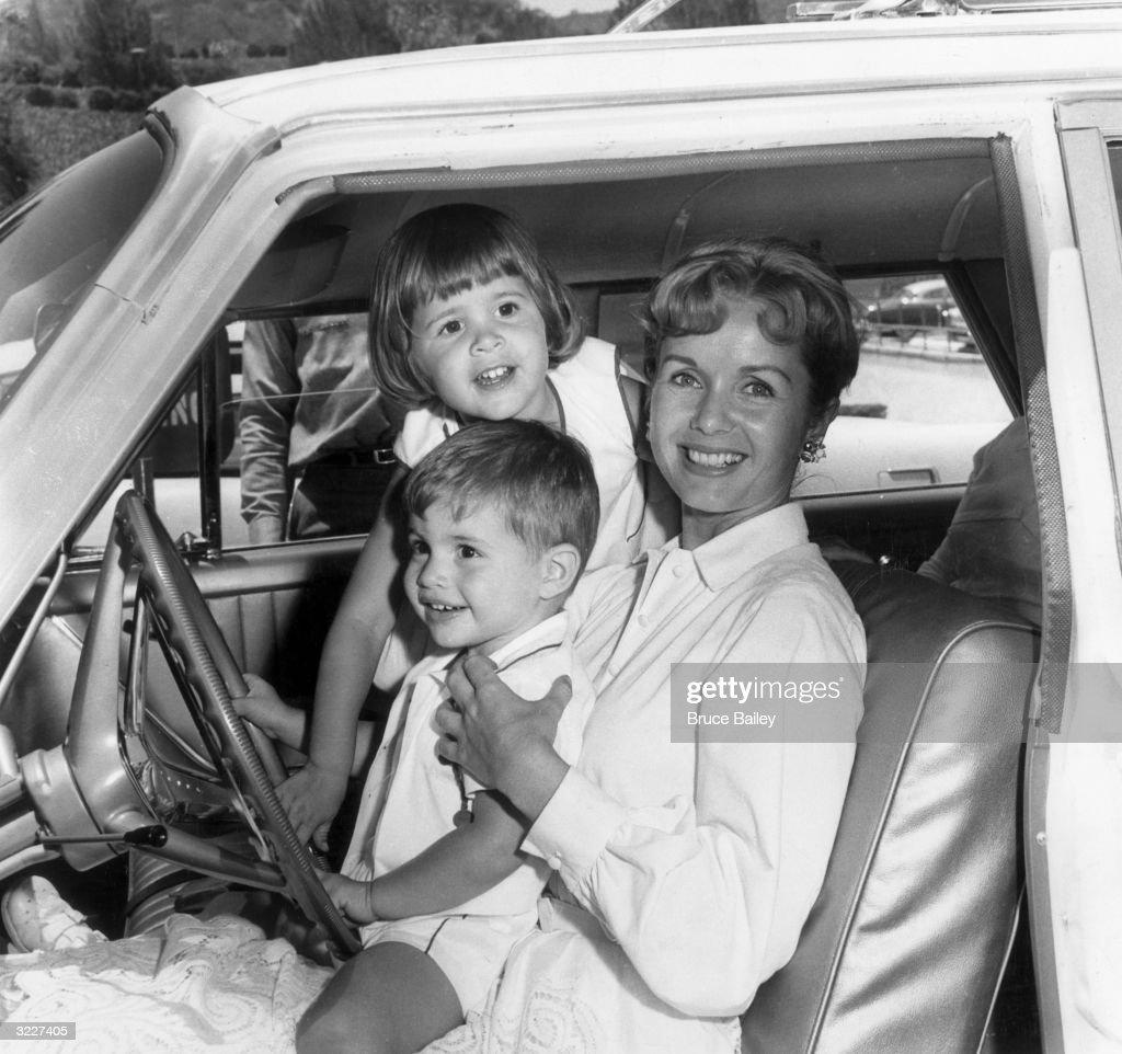 Décès de Carrie Fisher et de Debbie Reynolds- Hommage à deux étoiles du cinéma - Page 3 25th-june-1960-american-actor-debbie-reynolds-smiles-while-sitting-in-picture-id3227405