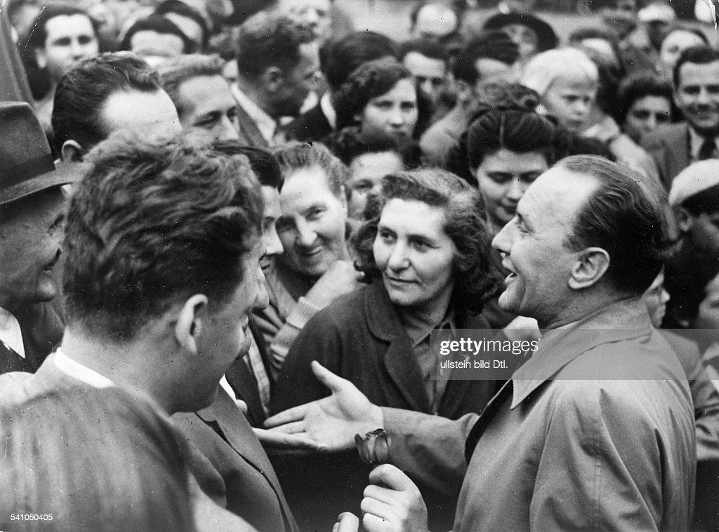 Politiker; HJanos Kadar, Erster Sekretär des ZK derungarischen KP im Gespräch mitArbeitern kurz vor den Wahlen zurNationalversammlung- 1957