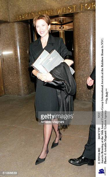 E 359316 002 26Oct99 Nyc Annette Benning At The 16Th Annual Fashion Group International Awards At The Rainbow Room In Nyc