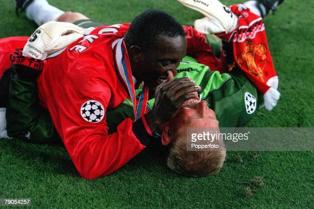 26th MAY 1999 UEFA Champions League Final Barcelona Spain Manchester United 2 v Bayern Munich 1 Manchester United's Dwight Yorke and Peter Schmeichel...