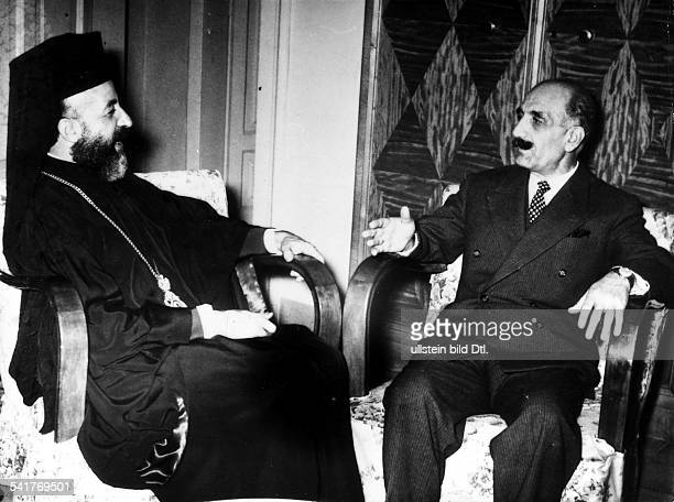 23031898 Politiker Militär Griechenland/ZypernFührer der zypriotischenUntergrundbewegung EOKA Treffen mit Erzbischof Makarios aufRhodos Gespräch über...