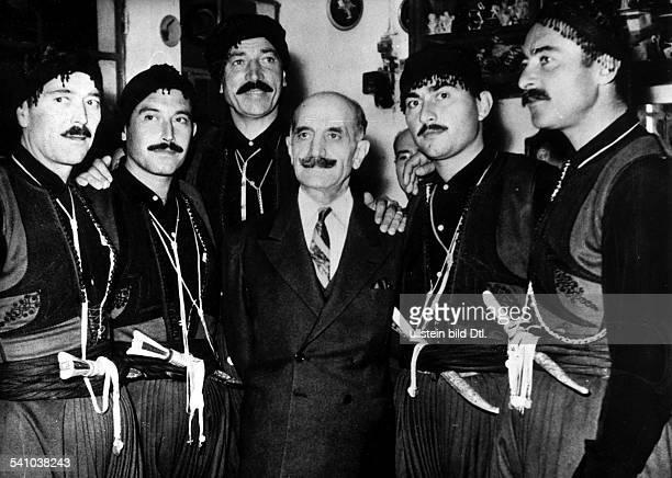 23031898 Politiker Militär Griechenland / ZypernFührer der zypriotischen Untergrundbewegung EOKA GG zusammen mit ehemaligenzypriotischen...