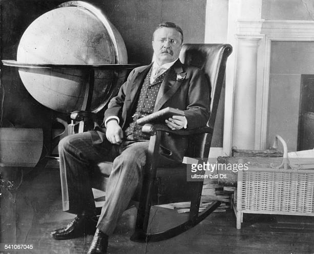 *27101858Politiker Republikaner USA26 Präsident der USA in seinem Büro im Weissen Haus mit Weltkugel 1908