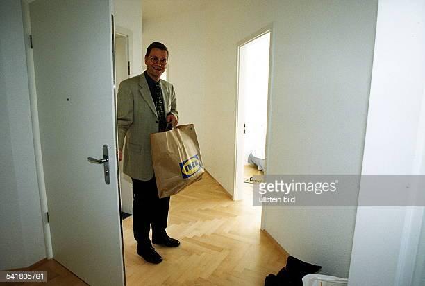 Politiker FDP DGeneralsekretär der FDP betritt seine neue Wohnung in Berlinmit einer Tüte von IKEA September 1999