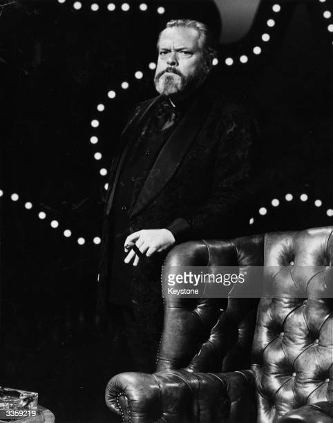 Orson Welles about to host the television show 'KopyKats'