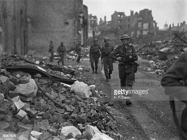 Soldiers of the 48th Highlanders of Canada storm a barricade to the City defences in a mock invasion of London in WW II when the Canadians acted as...