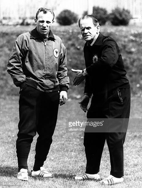*28031897Sportler Trainer Fussball D Training der deutschenNationalmannschaft vor dem Spiel gegenSchweden im Gespräch mit Uwe Seeler