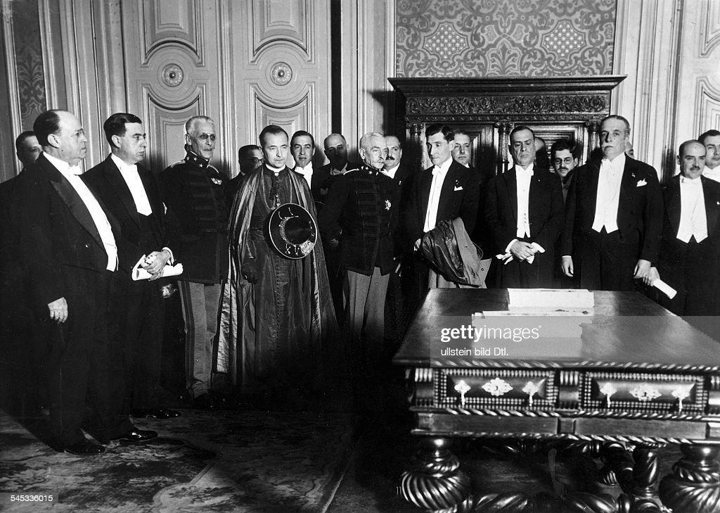 Politiker, PortugalMinisterpräsident 1932-1968als Ministerpräsident (mit Mantel im Arm), links von ihm Staatspräsident General Carmona und Kardinal-Patriarch Dr. Cerejeira- 1932