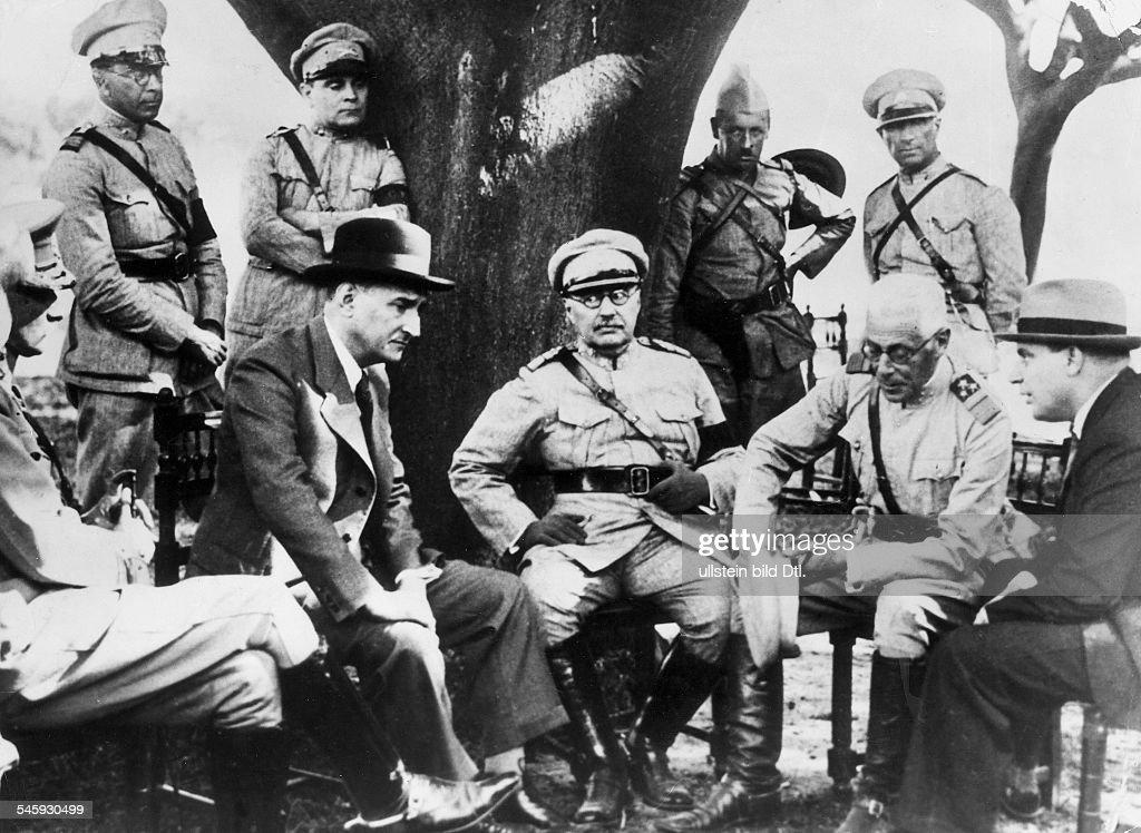 Politiker, PortugalMinisterpräsident 1932-1968mit hohen Offizieren bei einer Besprechung- 1941