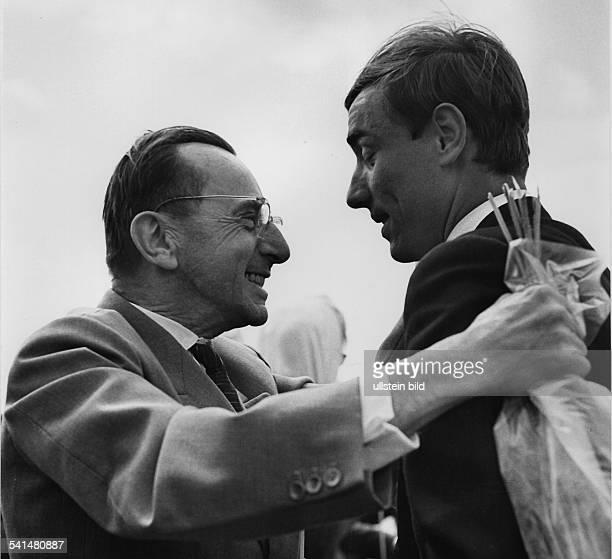*Schriftsteller DDRmit dem 'Buchenwald Kind' StephanJerzyZweig dessen Lebensgeschichte alsVorlage für den Roman 'Nackt unterWölfen' diente 1960er...