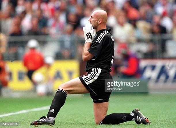 Sportler Torwart Fussball FrankreichFussballWM in Frankreich Viertelfinalein Paris St Denis Italien Frankreich34 nE kniet während des...