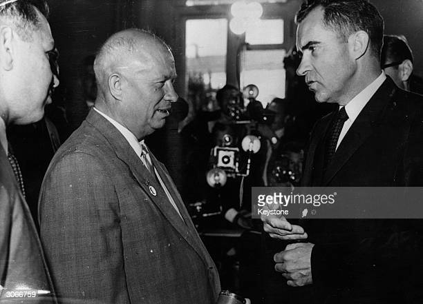 American vicepresident Richard Nixon talking to the Soviet leader Nikita Khrushchev