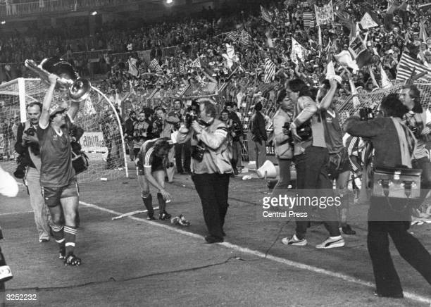 Nottingham Forest players celebrate in front of the crowd following their 10 victory over SV Hamburg in the European Cup Final at Santiago Bernabeu...