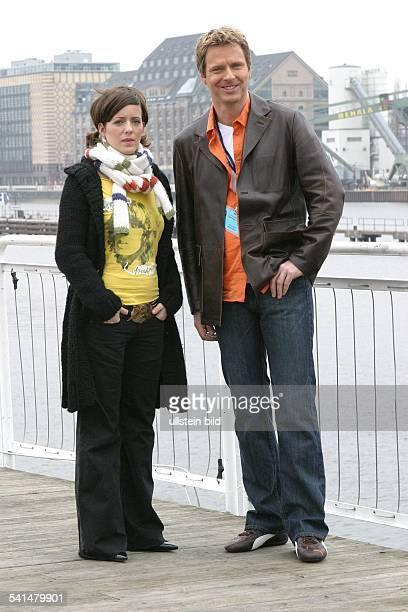 Journalistin DModeratorin bei 'Viva'Ganzkörperaufnahme steht neben Jörg Pilawa Fernsehmoderator