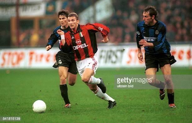 Sportler Fussball UkraineItalien Seria A Inter Mailand AC Mailand 12 Spielszene setzt sich gegen Zanetti und Laurent Blanc durch