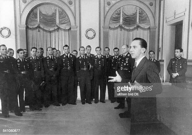 *29101897Politiker NSDAP D begrüsst im Reichsministerium fürVolksaufklärung und Propaganda eineGruppe von Offizieren der Luftwaffe 1944