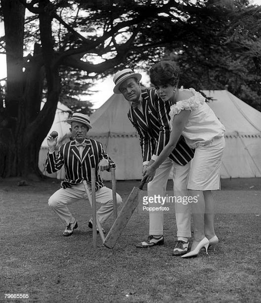 2nd August 1961 Middlesex England British actress Joan Collins is given cricketing tips by American entertainers Bing Crosby and Bob Hope during a...