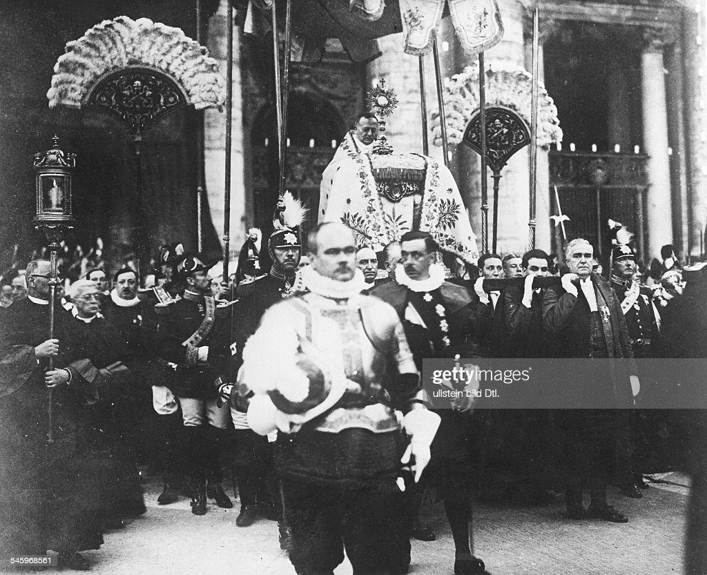 Papst Pius XI. 1922-1939eigentl. Ambroghio D. Achille Ratti, ItalienFeierlicher Auszug des Papstes aus dem Vatikan in Rom- veröff. Zeitbilder (BeilageVoss.Ztg.) 31/1929