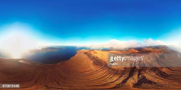 panorama sphérique plein (équirectangulaire) 360 x 180 degrés du point de vue de Mirador del Rio et l'île de Lanzarote, îles Canaries