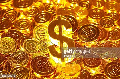 3 D Symbol Usdollarscheine In Goldenen Münzen Haufen Stock Foto