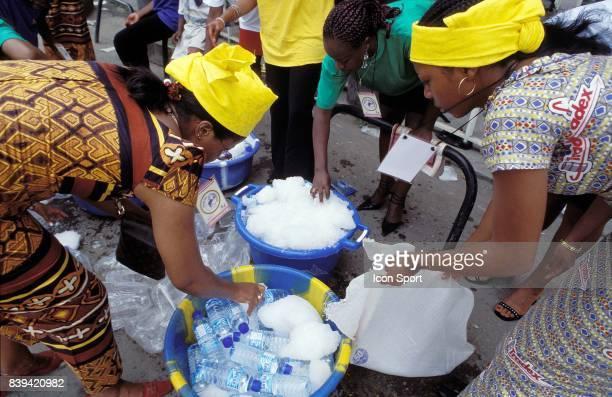 3eme Tour International du Cameroun 5eme v⌐tape Douala Buv⌐a Douala Avant l'arrivv⌐e des coureurs des hv°tesses du Tour refroidissent les bouteilles...